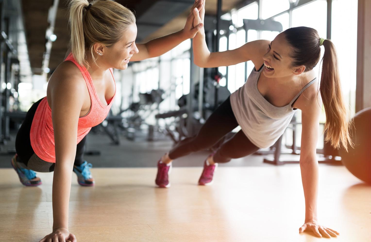 Zwei Frauen machen Sport in den Sportflächen und Fitnessstudio der Cube Factory 577, neue bahnstadt Opladen, Leverkusen